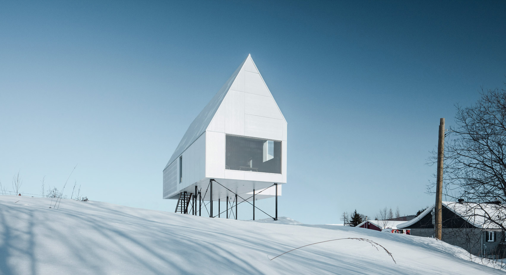 Delordinaire raises the high house above snowy quebec for Architecture quebec