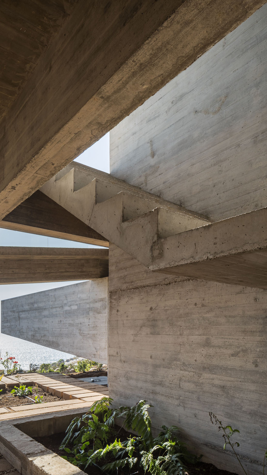 This-Seaside-Hideaway-Is-A-Brutalist-Concrete-Masterpiece-2